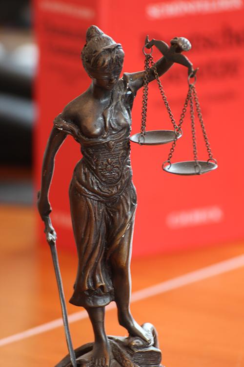 Justitia ist die Göttin der Gerechtigkeit. Der Begriff der Gerechtigkeit bezeichnet seit der antiken Philosophie in ihrem Kern eine menschliche Tugend.