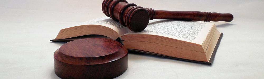 Hammer auf Gesetzesbuch