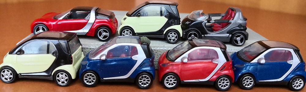 Viele Smarts in der Größe von Spielzeugautos